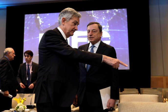 Jerome Powell, président de la Fed et son homologue de la BCE Mario Draghi, lors d'une réunion organisée par le FMI, en avril 2018.