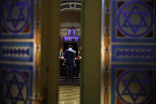 Igor Kozemjakinofficie chaque vendredi pour le sabbat, dans la seulesynagogue toujours en activité à Sarajevo. Ici, le 11 mai.