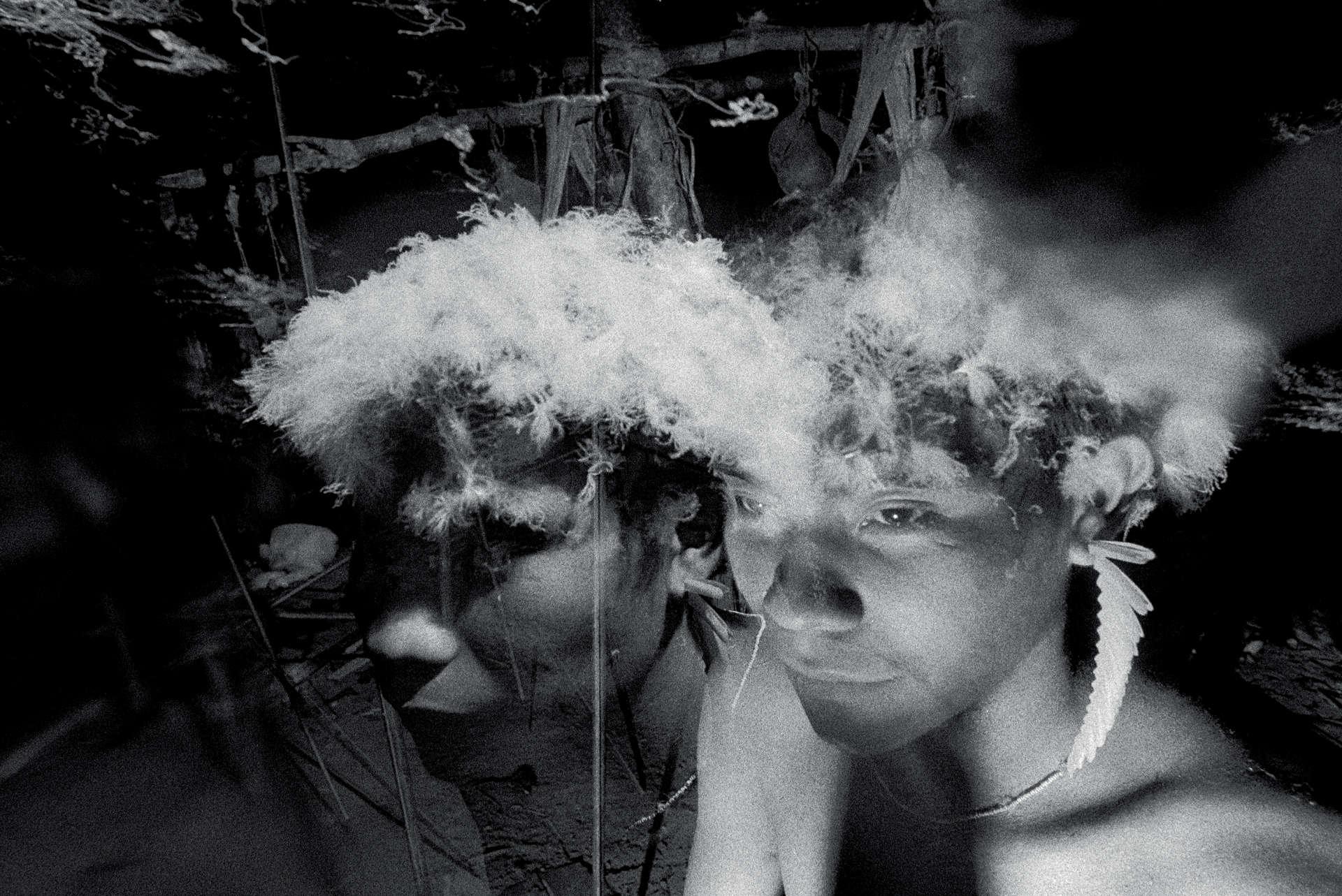 Pour une fête, les hommes invités portent des plumes de faucon. Photo extraite de la série «O reahu») de Claudia Andujar 1974.