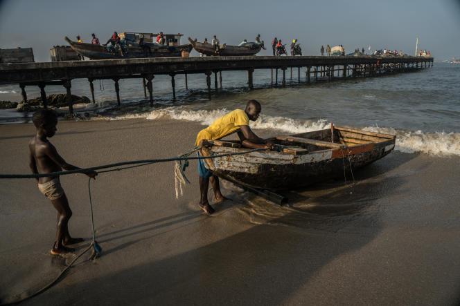 Retour de pêche artisanale à Accra, le 21 juillet 2019.