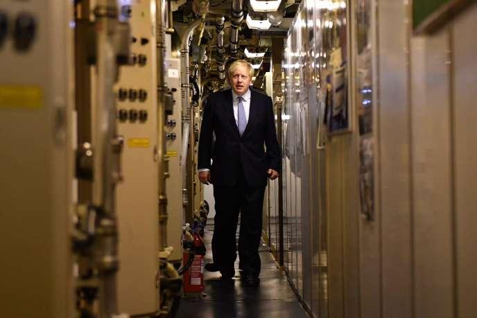 Le premier ministre britannique, Boris Johnson, lors de sa visite du sous-marin Vanguard sur la base navale de Faslane (Ecosse), le 29 juillet.