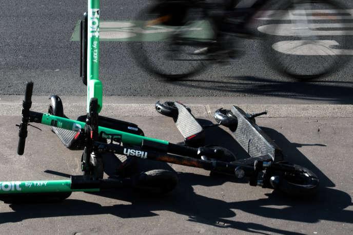 Le stationnement de ces engins «est de nature à entraver de manière significative le cheminement des piétons (...)», selon la Mairie de Paris.