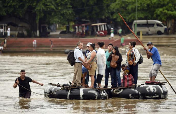 Des migrants guatémaltèques traversent illégalement la rivière Suchiate pour atteindre le Mexique, le 22 juillet 2019.
