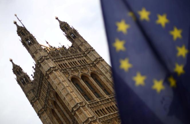 Devant le Parlement, à Londres, 25 juillet 2019. Dans une série de documents adoptés le 29 juillet, la Commission européenne souligne qu'il n'est pas facile pour les entreprises financières de pays tiers d'accéder au marché européen.