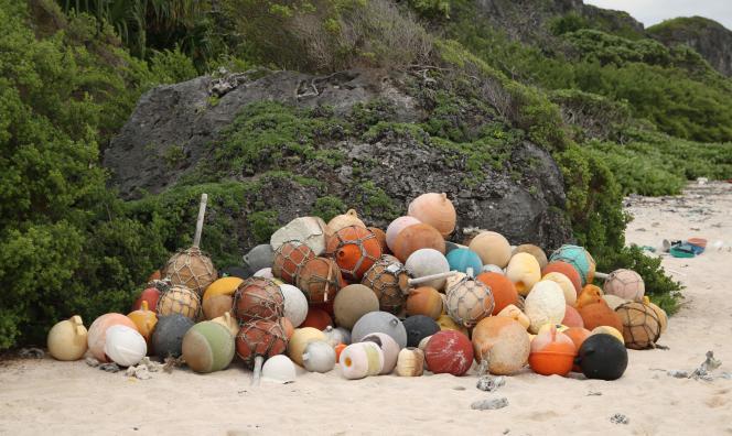 Le 12 juin 2019,des déchets de plastique flottants ont submergé cette île isolée du Pacifique, considérée jadis comme un joyau de l'environnement.