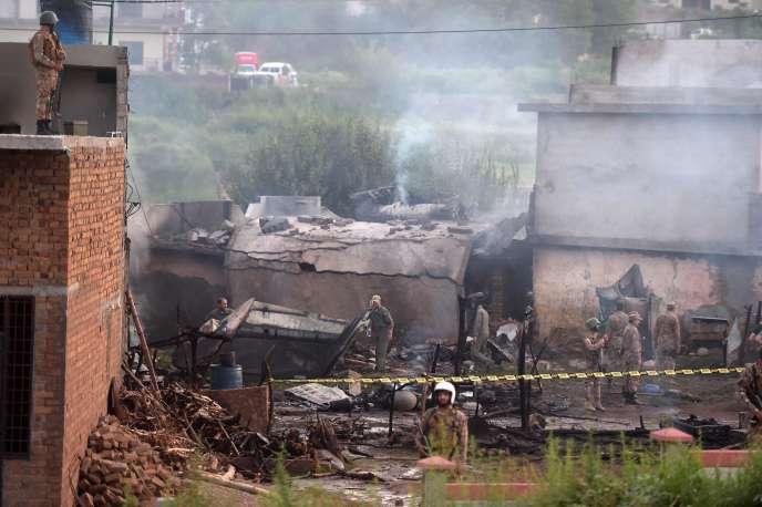 Un cordon de soldats entoure la zone où s'est écrasé un avion de l'armée pakistanaise à Rawalpindi, près d'Islamabad, le 30 juillet.