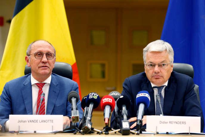 Le libéral francophone Didier Reynders (à droite) et le socialiste flamand Johan Vande Lanotte (à gauche), les «informateurs» (émissaires) nommé par le roiPhilippe pour pour tenter de former un gouvernement fédéral en Belgique. Lors d'une conférence de presse au Palais de Laeken, le 6 juin 2019.