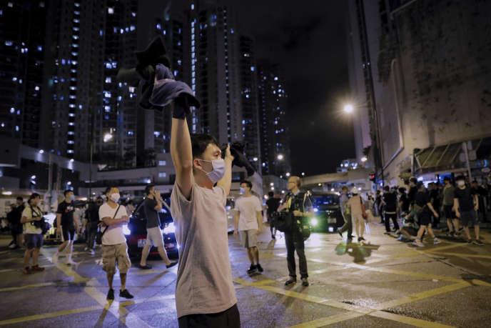 Des centaines de manifestants se sont rassemblés mardi 30 juillet devant un commissariat de police du quartier de Kwai Chung, à Hongkong.