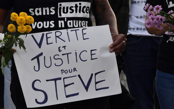 Une femme tient une affiche « Vérité et justice pour Steve» lors d'une manifestation, le 30 juillet à Bordeaux.