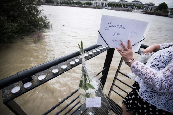 Une femme tient une pancarte sur laquelle on peut lire « Justice pour Steve», le 30 juillet à Nantes, au lendemain de la découverte du corps du jeune homme.