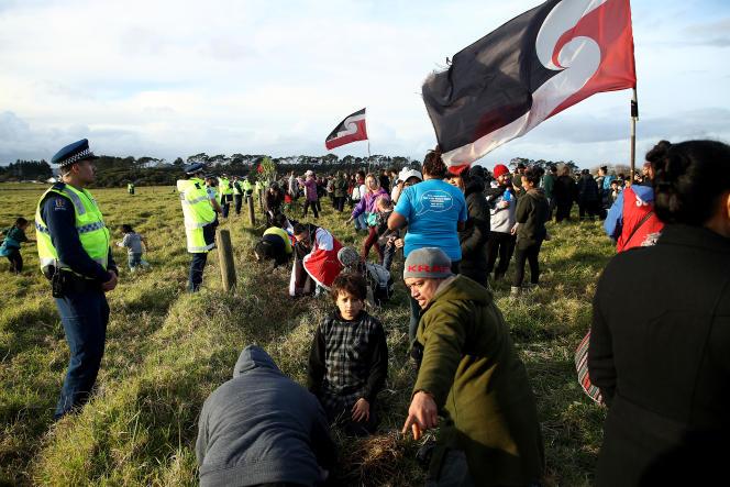 A Ihumatao, terre sacrée des Maoris, les opposants au projet de développement immobilier, le 26 juillet. Phil Walter/Getty Images