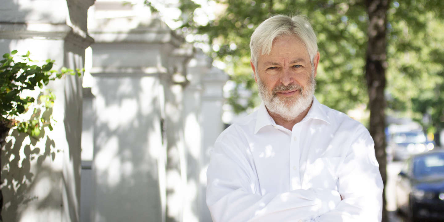 Jonathan Coe, author of 'Middle England' and 'What a Carve Up' photographed at his home in West London, UK on 29th July 2019. Abbie Trayler-Smith  pour