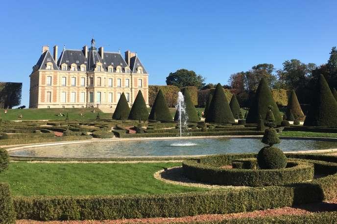 Vue du château de Sceaux, reconstruit au XIXe siècle, entouré des jardins, reconstitués, et de l'ancien domaine du ministre de Louis XIV Jean-Baptiste Colbert.