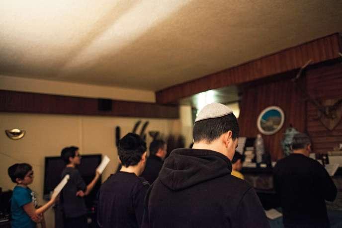 Prière du soir dans un petit salon d'un hôtel des Deux Alpes.