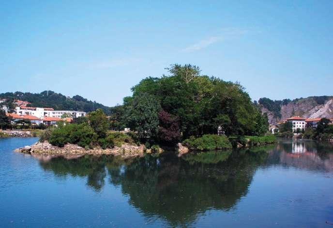 L'île des Faisans, d'une superficie de 3 000 mètres carrés, est située à 50 mètres des rives d'Hendaye et d'Irun.