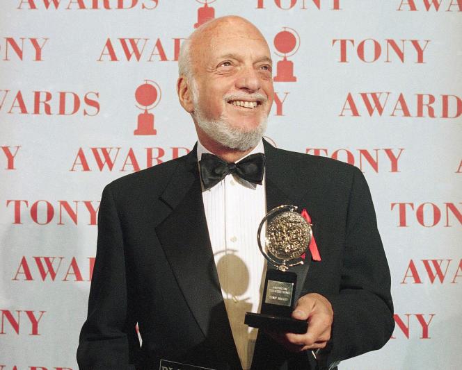 Harold Prince reçoit le Tony Award du meilleur metteur en scène pour «Show Boat», à New York, le 4 juin 1995.