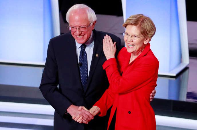 Le sénateur Bernie Sanders et la sénatrice Elizabeth Warren au début du débat démocrate du 30 juillet à Detroit (Michigan).