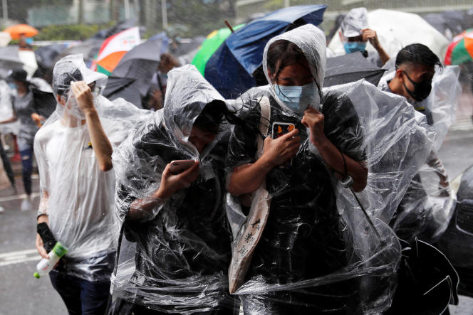 Manifestation de soutien aux 44 personnes arrêtées lors d'une manifestation non autorisée, devant le tribunal de Hongkong alors d'un typhon approche, le 31 juillet 2019.