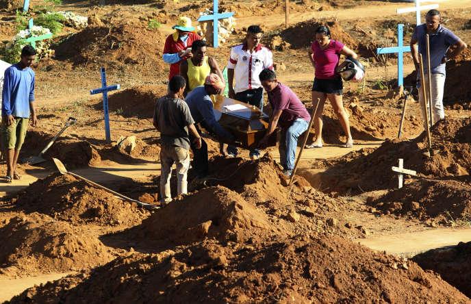 La famille présente lors des funérailles d'un prisonnier tué dans la prison d'Altamira, le 31 juillet.