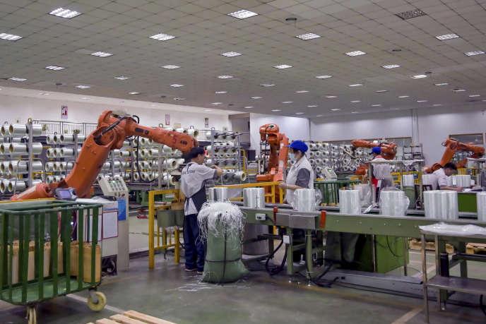 Dans une usine de fabrication de bobines de fibre de verre, à Jiujiang (Chine), le 15 juillet.