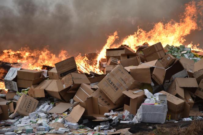 Dans le district d'Abobo, à Abidjan, destruction de 50 tonnes de faux médicaments, le 10 mars 2017.