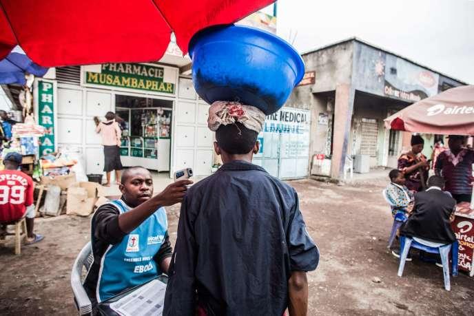 Un homme fait vérifier sa température à Goma, en République démocratique du Congo, le 30 juillet.