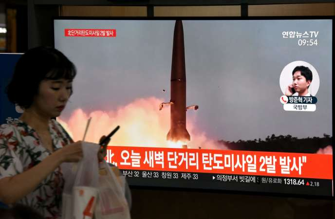 La télévision sud-coréenne montre dans une gare de Séoul le lancement d'un missile nord-coréen, le 31 juillet.