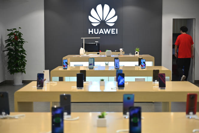 Dans un magasin Huawei, à Shanghaï, le 26 mai. Le constructeur chinois de smartphones a écoulé 118 millions d'appareils entre janvier et juin, soit une hausse de 24 %.