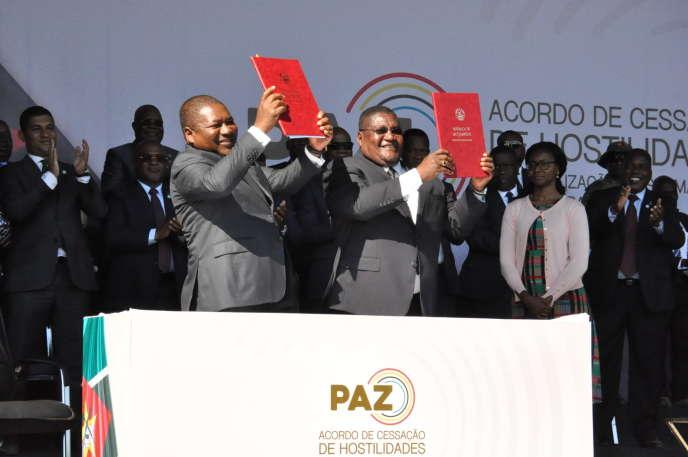 Filipe Nyusi (à gauche), le président du Mozambique, et le leader de la Renamo, Ossufo Momade, montrent l'accord de cessez-le-feu signé à Gorongosa, le 1eraoût2019.