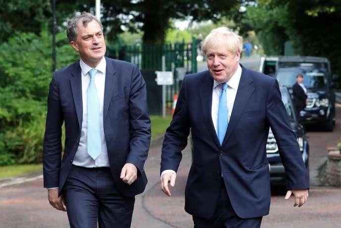 Julian Smith, le secrétaire d'Etat pour l'Irlande du Nord, et Boris Johnson à Belfast, le 31 juillet.