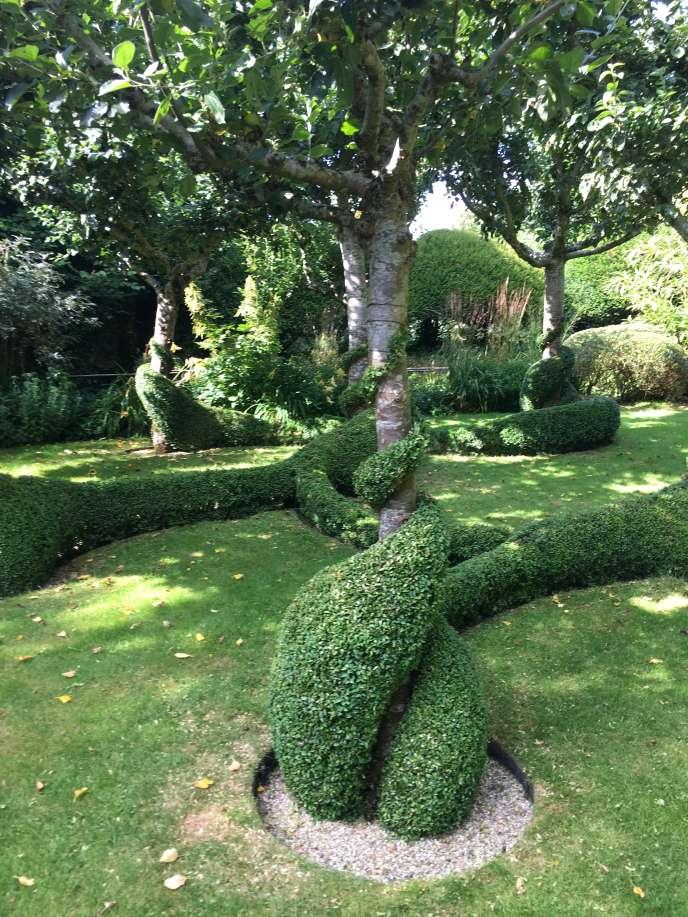 Pommiers et« serpents» de buistaillés dans le jardin de Jean Schalit, au Grand Launay, évocation malicieuse d'un autre«jardin».