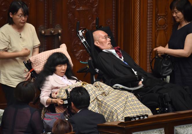 Le sénateur Yasuhiko Funago (à droite, ici à Tokyo en août 2019), 62 ans, lui-même atteint de la maladie de Charcot, a vu dans l'euthanasieun choc pour les personnes «atteintes de maladies incurables mais qui veulent continuer à vivre».