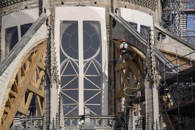Des ouvriers au travail sur le chantier de Notre-Dame de Paris, le 24 juillet.