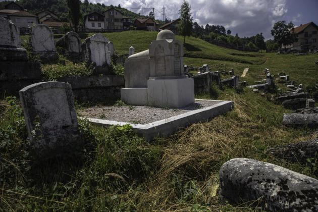 La tombe de Mose Rafael Attias (de son nom de naissance), dit Mose Rafaelovic (pour l'administration), dit Zeki Effendi (par les théologiens musulmans), un savant juif expert en études islamiques et en littérature perse médiévale, en haut de la colline où s'étend le cimetière juif de Sarajevo, le 28 juin.