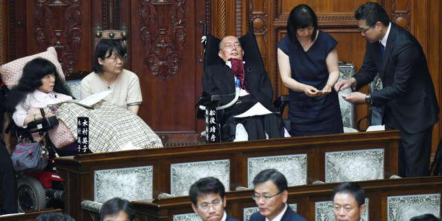 Le Parlement japonais aménagé en urgence pour accueillir deux sénateurs handicapés