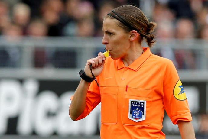 Stéphanie Frappart a arbitré son premier match de Ligue 1 au Stade de la Licorne lors de la rencontre Amiens-Strasbourg le 28 avril.
