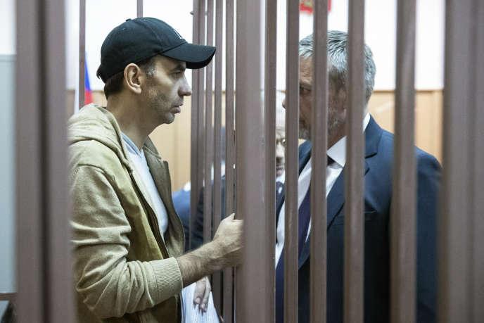 L'ancien ministre Mikhail Abyzov (à gauche sur la photo) avec son avocat, quelques instants avant une audience dans un tribunal de Moscou, le 27 mars.