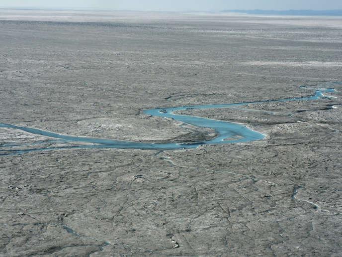 L'eau fondue forme de larges rivières qui vont se déverser dans l'océan à l'ouest du Groenland, jeudi 1er août.