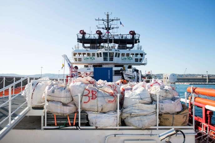 Le bateau humanitaire « Ocean-Viking» à Marseille, le 29 juillet. Ici, des gilets de sauvetage sont entreposés.