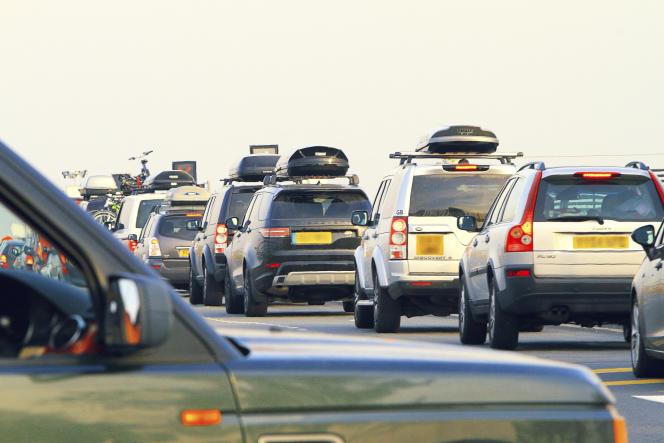 Embouteillage à un péage autoroutier, un jour de départ en vacances.