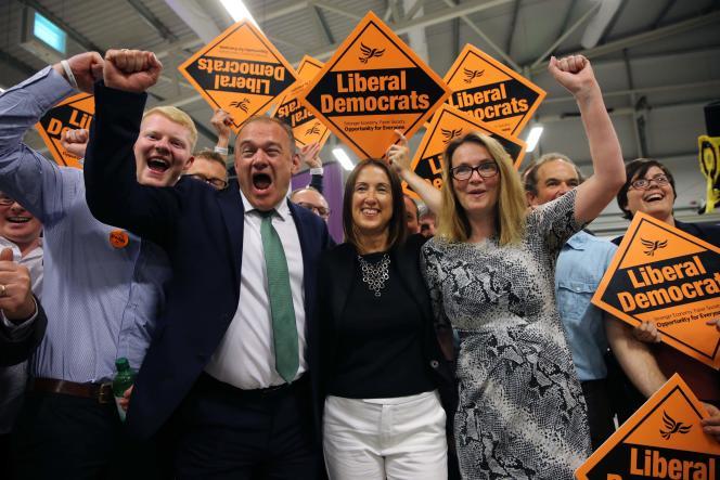 La candidate libérale Jane Dodd (au centre) célèbre sa victoire le 2 août à Builth Wells, au pays de Galles.