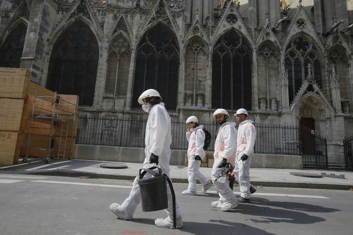 Des travailleurs en combinaison de protection près de Notre-Dame, le 1er août 2019.