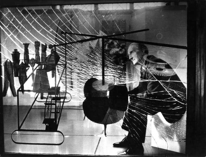 Marcel Duchamp, en 1965, devant son œuvre «Le Grand Verre».
