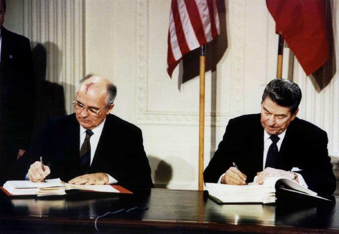 Mikhaïl Gorbatchev (à gauche) et Ronald Reagan, lors de la signature du traité FNI, à Washington, le 8 décembre 1987.
