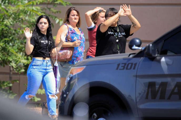 Des personnes quittent le supermarché de El Paso, au Texas, après la fusillade samedi 3 août.