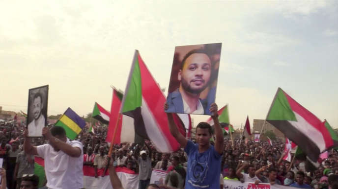 Des Soudanais protestent, à Khartoum, le 1er août, contre le meurtre, quelques jours plus tôt, de quatre étudiants, à Al-Obeid.
