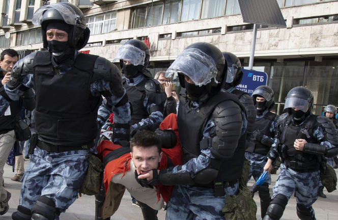 Des policiers lors de la manifestation du 3 août à Moscou.