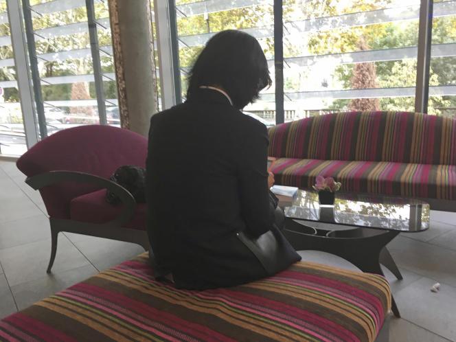 L'épouse de l'ancien président d'Interpol, qui ne veut pas montrer son visage, dans le hall d'un hôtel à Lyon (Rhône), le 7 octobre 2018.