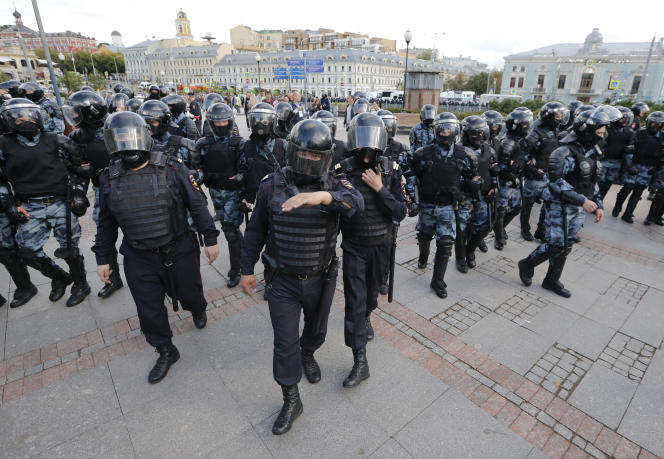 La police bloque une rue lors d'un rassemblement non autorisé à Moscou, le 3 août 2019. Au moins 600 personnes auraient été arrêtées.