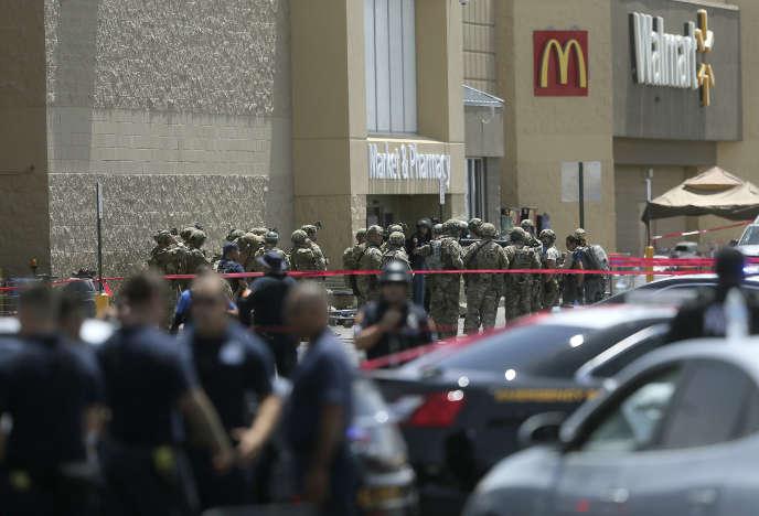 Devant le supermarché d'El Paso ou a eu lieu la fusillade, le 3 août.